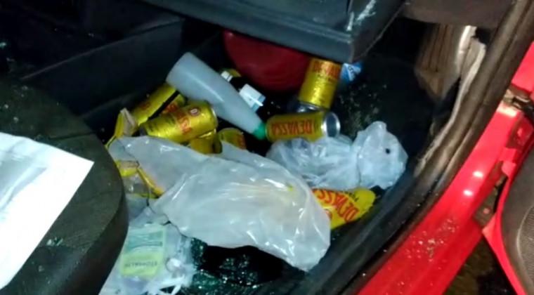 Latas de cerveja no veículo VW Gol