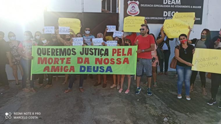 Familiares e amigos fizeram uma manifestação cobrando por justiça
