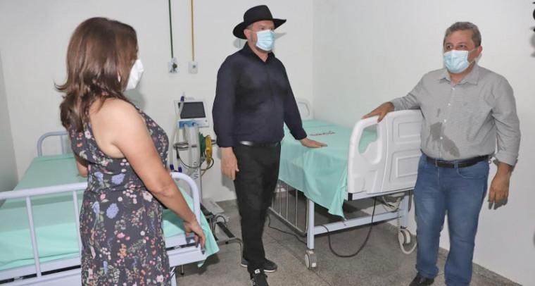 Governador Carlesse (de chapéu) no hospital
