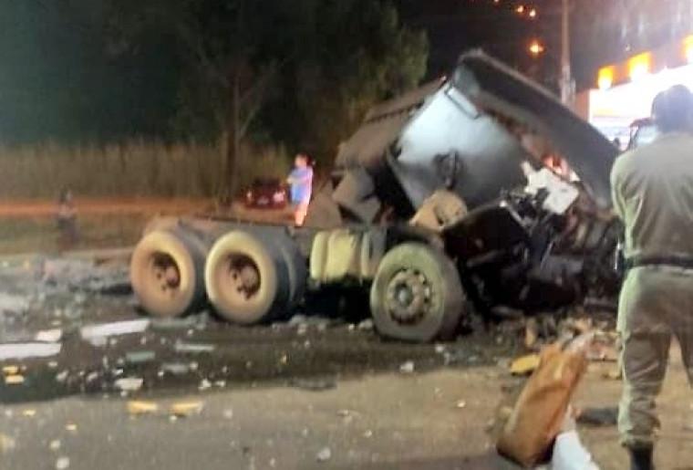 Com o impacto da batida o caminhão que estava carregado de areia ficou completamente destruído