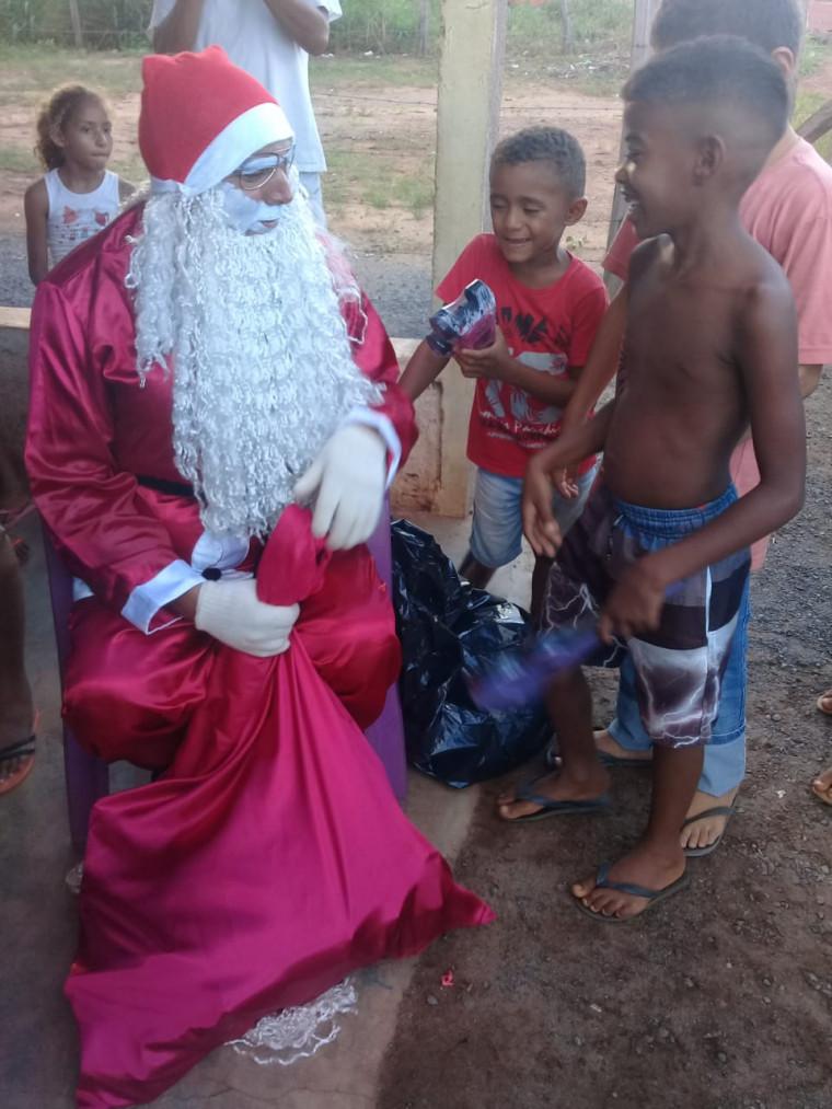 O Papai Noel faz a entrega dos presentes