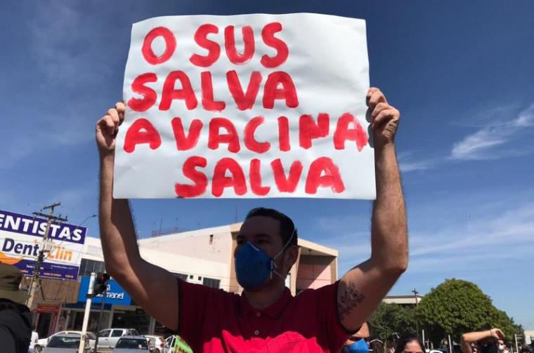 Manifestante segura faixa a favor da vacina
