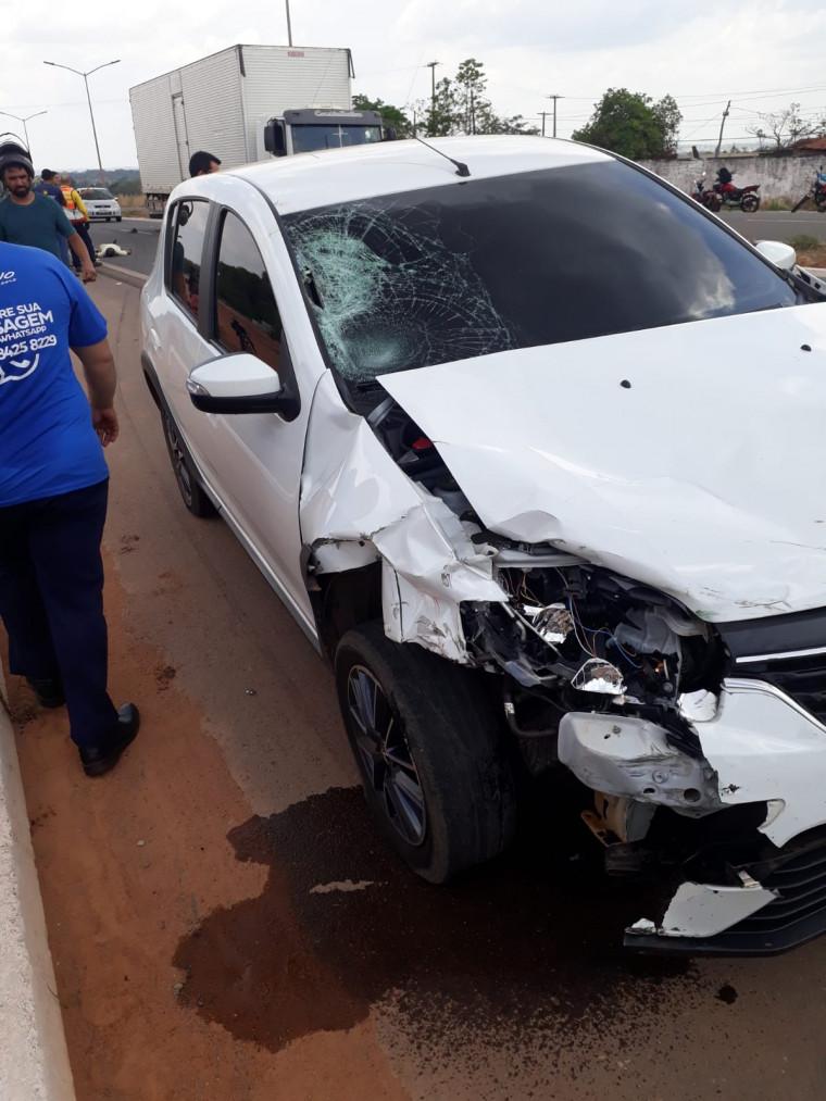 A frente do carro ficou parcialmente destruída