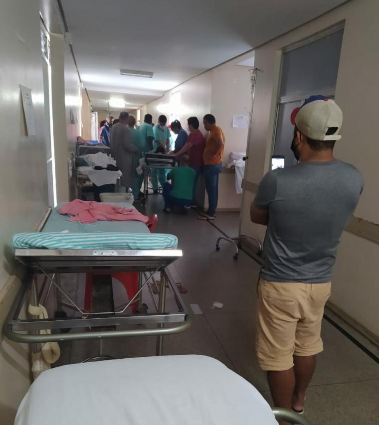 Momento que o homem foi imobilizado por enfermeiros