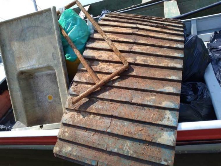 oluntários tiraram da água todo tipo de resíduo sólido descartado por veranistas