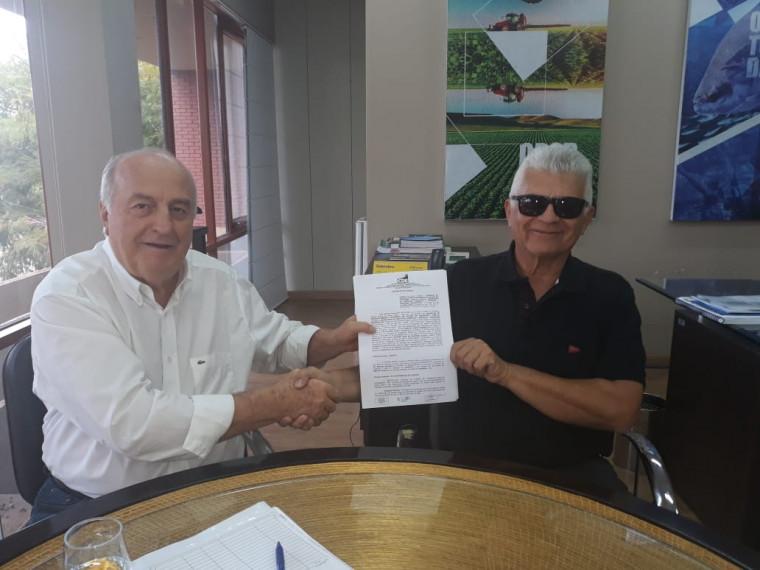 Secretário Ridoval Darci Chiareloto assina contrato para concessão de benefício fiscal ao Laticínio