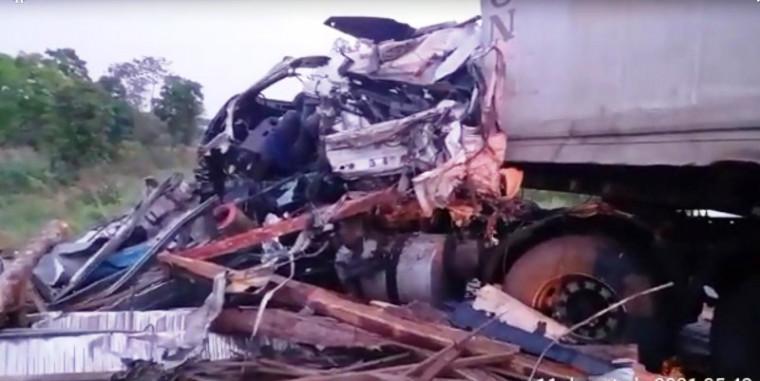 O motorista do caminhão ficou preso às ferragens