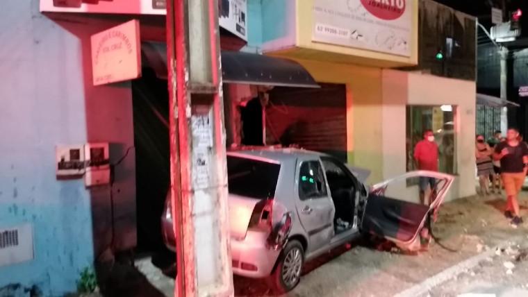 Passageiro fugia de outro acidente quando colidiu contra a loja