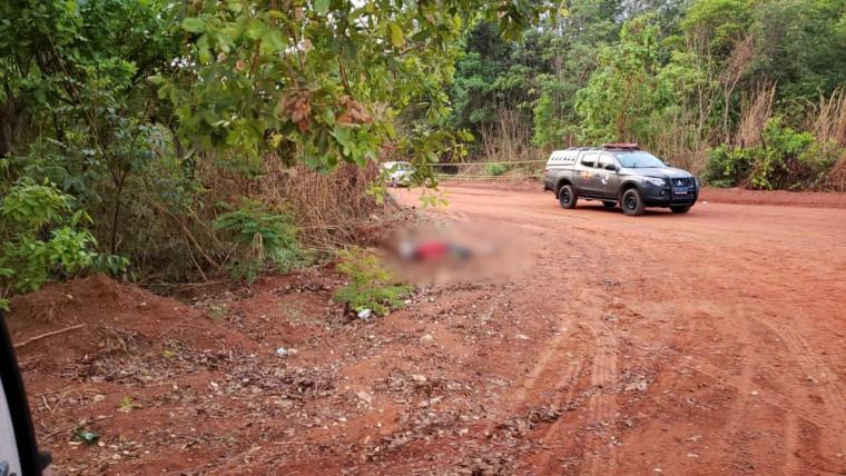 O homem que estava na garupa da moto morreu no local; o piloto conseguiu fugir pela mata