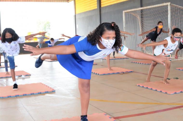 Estudantes durante aula de educação física