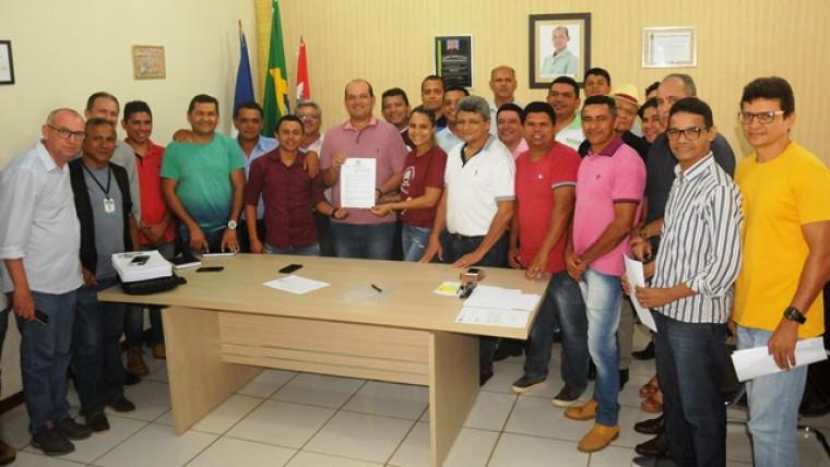 Assinatura do decreto que nomeia a comissão do concurso