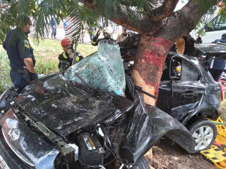 Veículo bateu numa árvore e ficou totalmente destruído