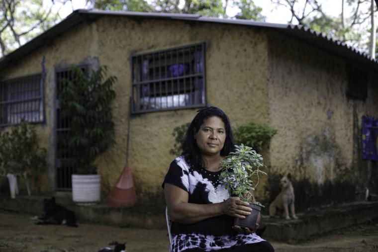 A cozinheira Cleusa Ribeiro Campos na frente de sua casa em Samambaia (DF)