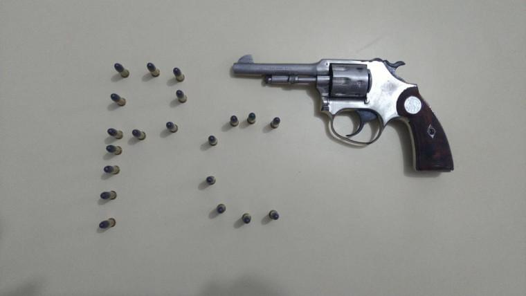 Arma e munições apreendida com o investigado