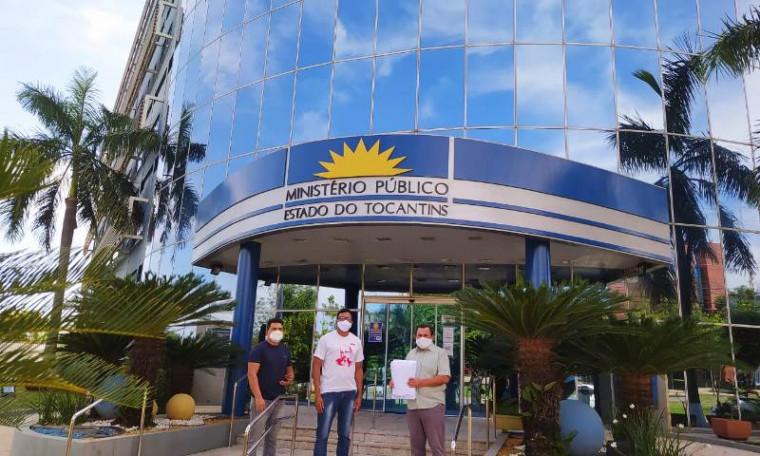 Presidente do Sintet e os diretores do Sintet Regional de Palmas em frente à sede do MPTO