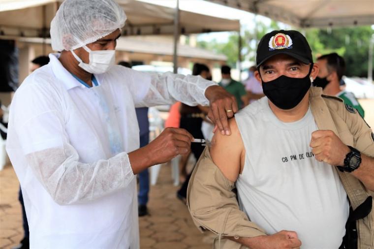Policial militar Israel Filho Freitas de Oliveira, 41 anos, já foi imunizado