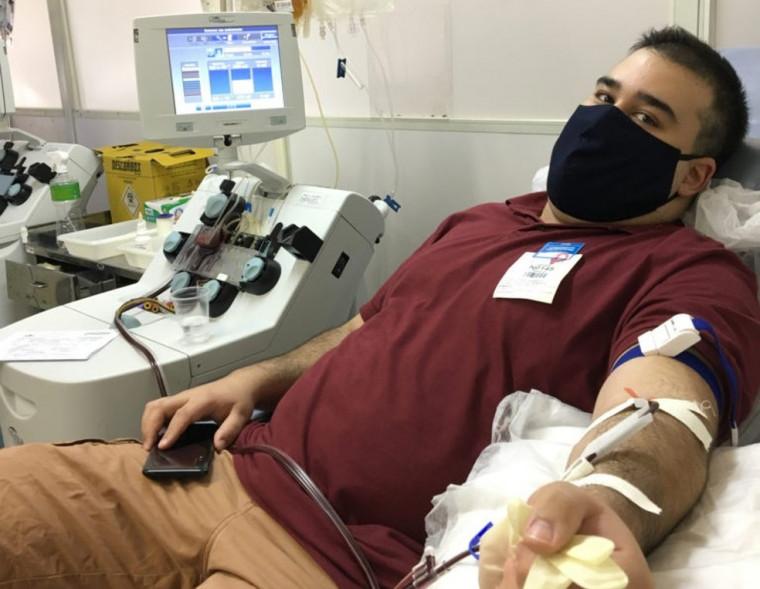 O médico Lucas Valente, de 29 anos, venceu a covid-19 e foi o primeiro a doar plasma em Brasília