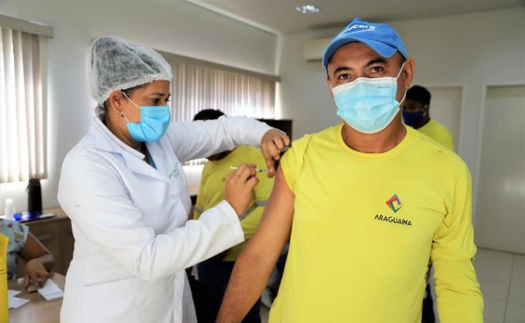 Trabalhador sendo vacinado