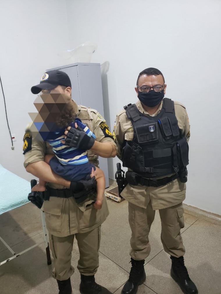 Policiais Militares com o bebê resgatado