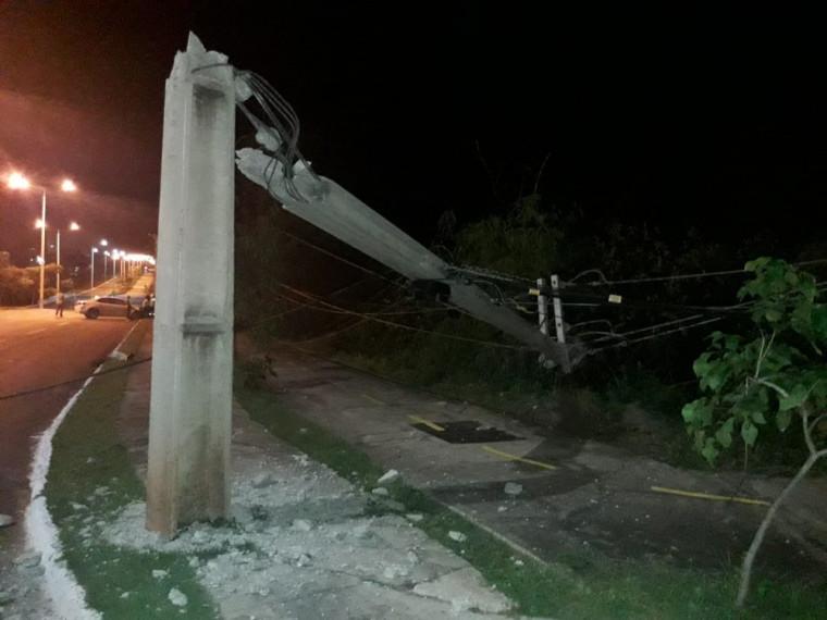 O carro bateu em um poste e com o impacto outro poste ficou danificado