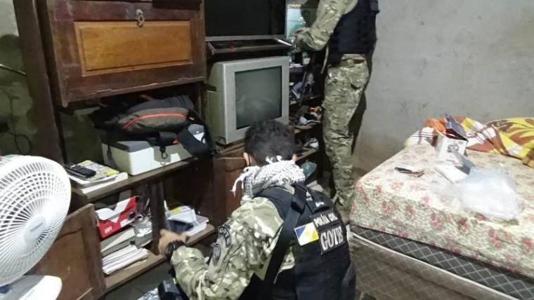 Agente fazendo buscas