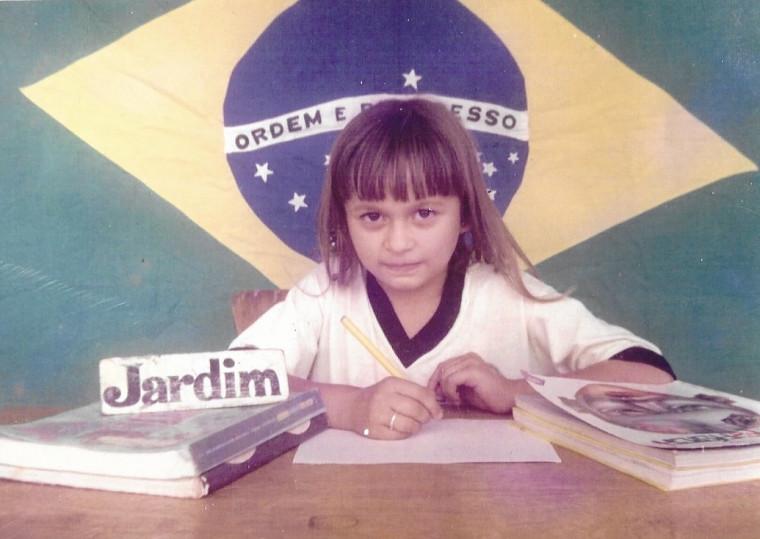 Ela nasceu em Paraíso do Tocantins, onde deu seus primeiros passos e concluiu o ensino médio