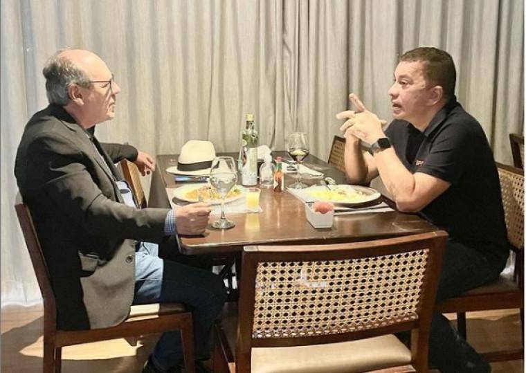 Dimas e Amastha em um restaurante de Palmas