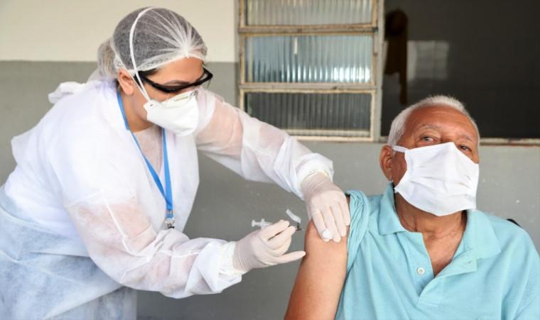 Idoso recebendo a vacina contra a covid-19