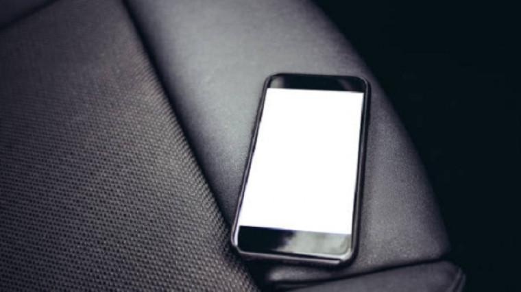 Passageiro esqueceu celular dentro do táxi e motorista não devolveu