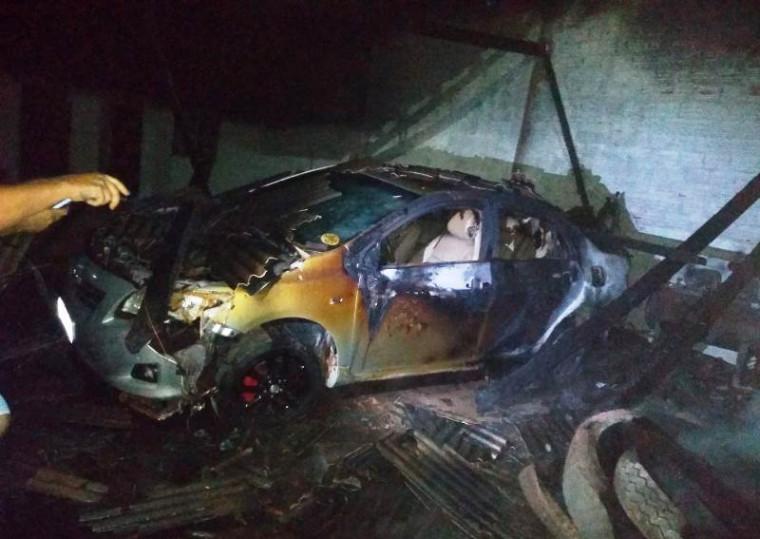 Veículo atingido pelas chamas