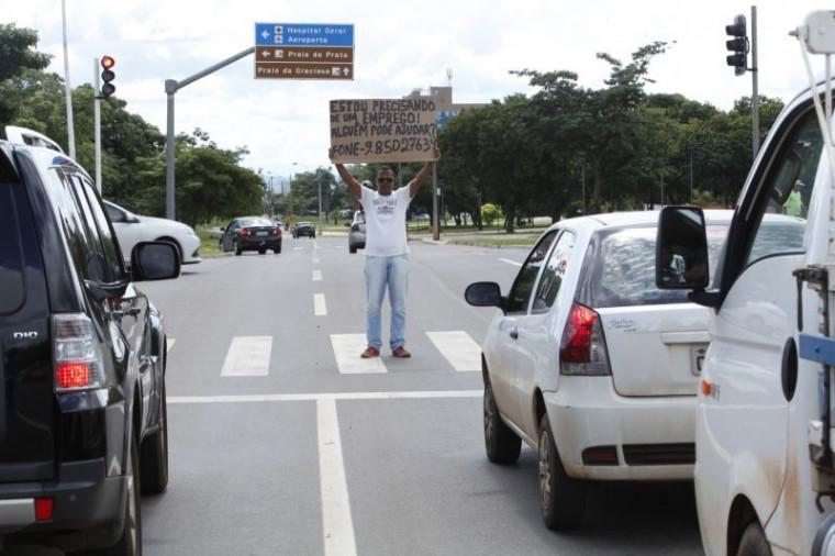 Homem pedindo emprego em semáforo de Palmas
