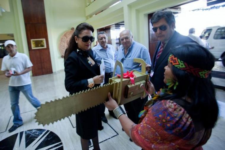 A senadora recebeu o troféu em 2010 no México durante uma conferência sobre o clima