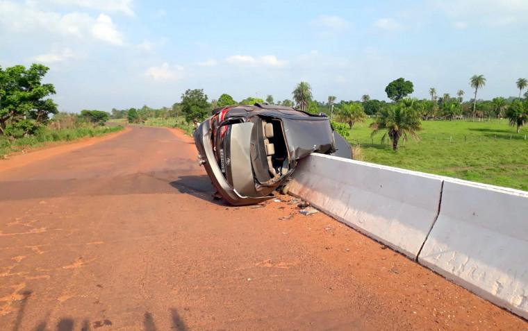 O motorista de 27 anos foi retirado do veículo por motoristas que passavam pelo local