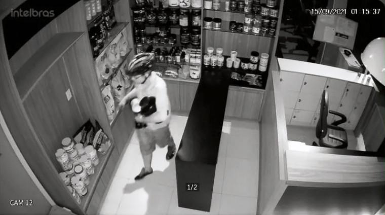 Câmera de segurança flagou o ciclista praticando o furto