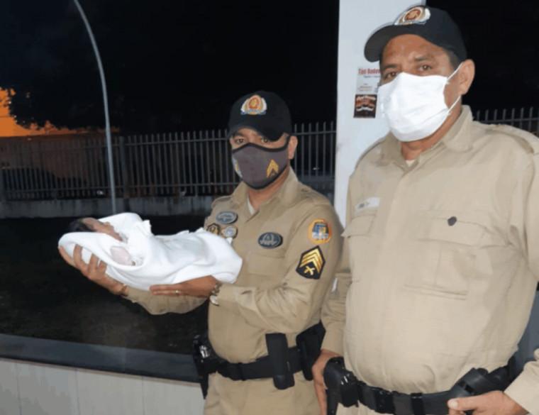 Policial com a bebê nos braços