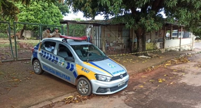 PM no local onde a mulher foi encontrada morta