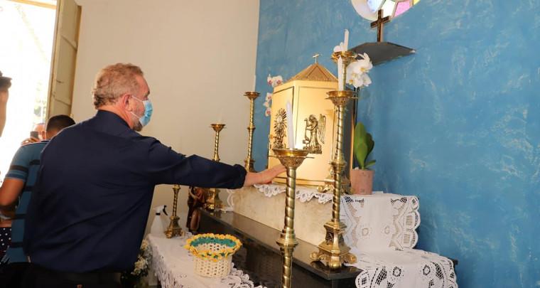 Governador em momento de oração no altar principal do santuário durante os Festejos do Senhor do Bonfim