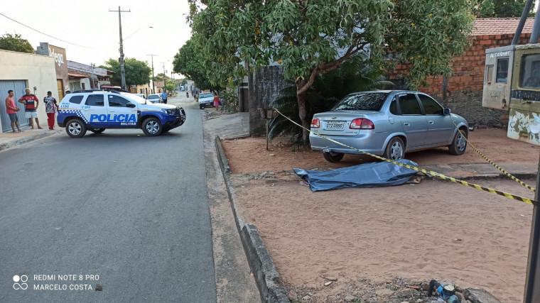 Vítima correu, mas caiu sem vida em frente a uma residência