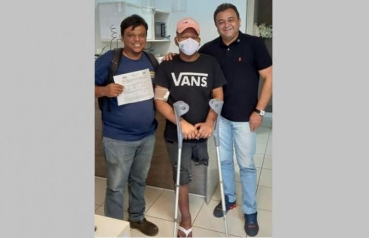 Pai e jovem receberam a doação do empresário Manuel de Assis