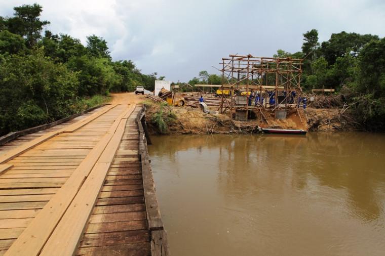 Ponte nova está sendo construída bem ao lado da velha ponte de madeira