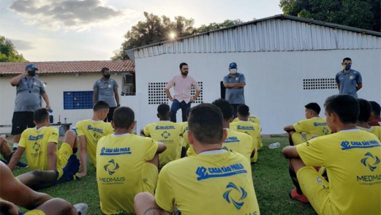 Lucas Meira e a equipe do Palmas Futebol e Regatas
