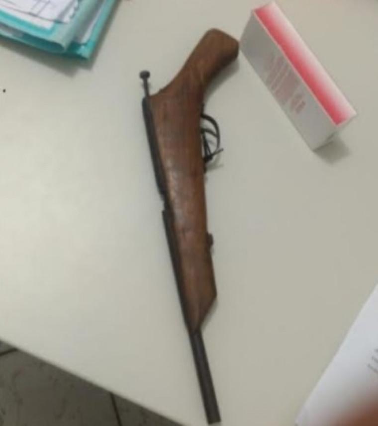 Arma de fogo artesanal apreendida com o casal