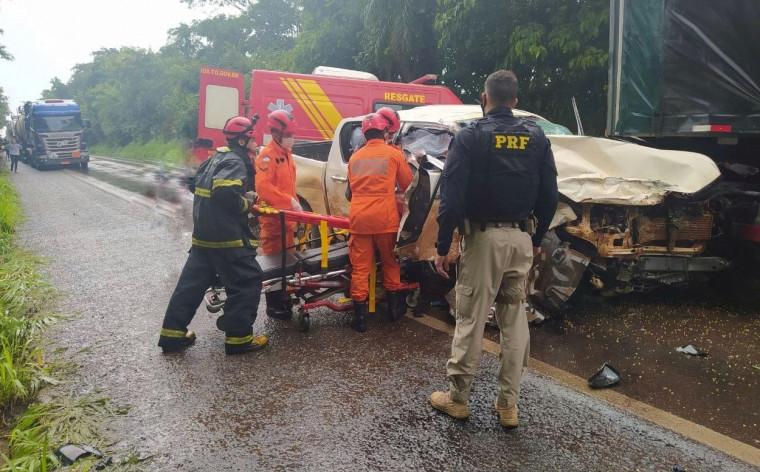 Após a batida entre os caminhões, outros veículos foram envolvidos