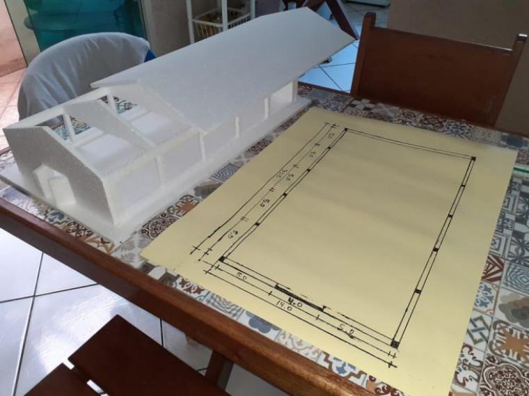 Mesa foi pensada para as necessidades de Ryckelmy na disciplina de desenho técnico