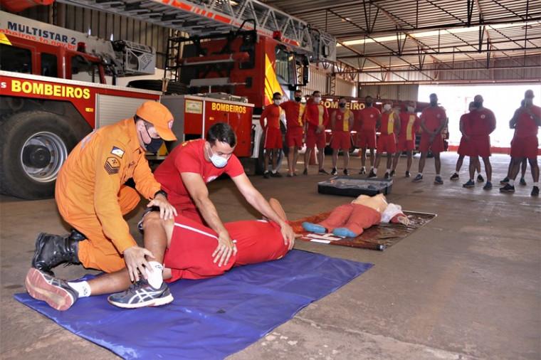 Treinamento do Corpo de Bombeiros para a temporada de praia