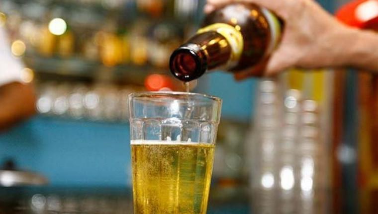 Os bares e restaurantes estavam proibidos de vender bebidas alcóolicas para consumo no local