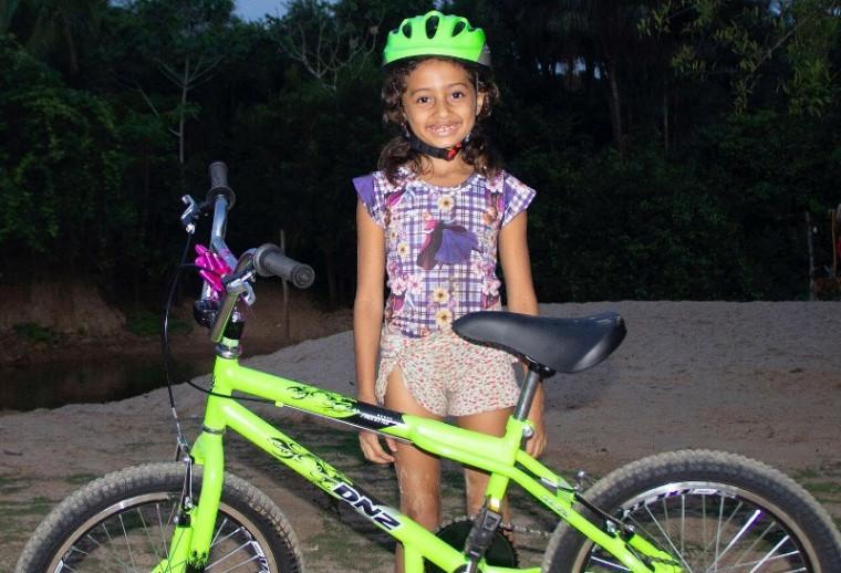 Yasmim Lima com a bicicleta nova