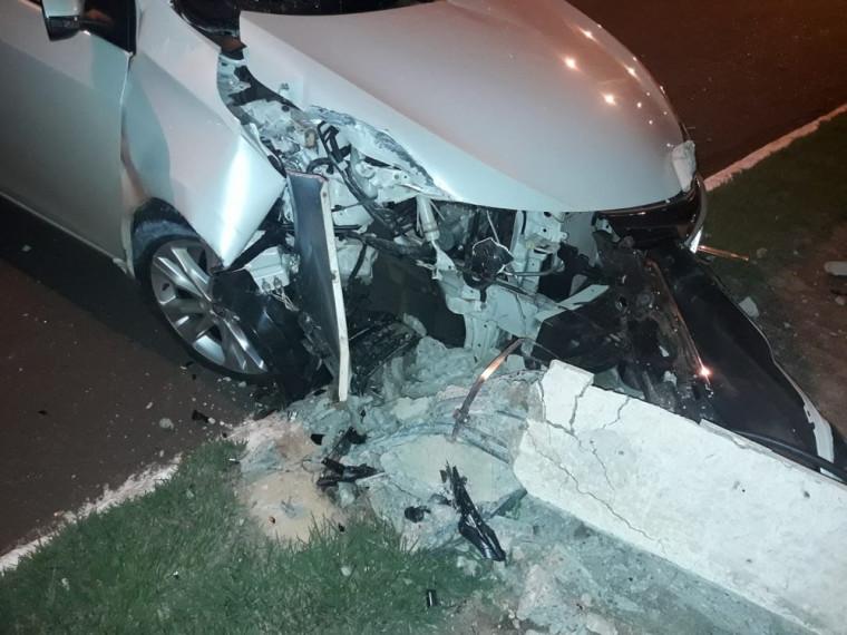 A frente do veículo ficou completamente destruída após a batida
