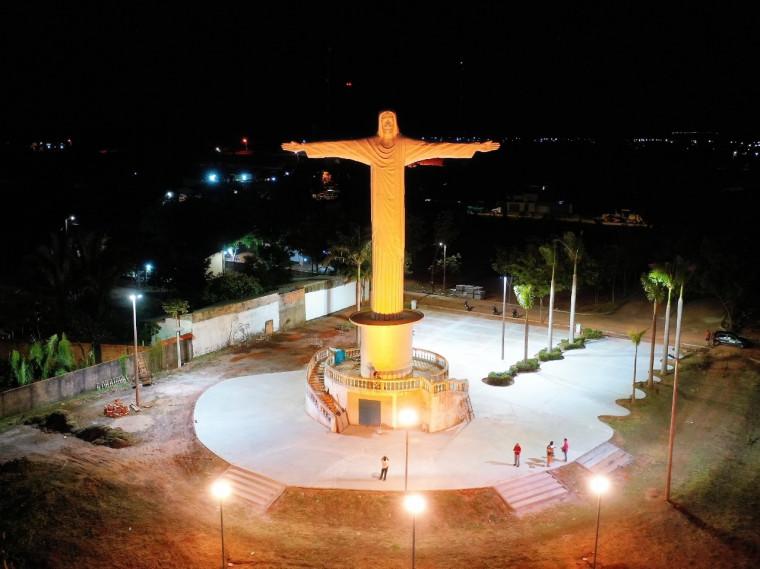 Em dezembro, o monumento passará para cor vermelha em alusão ao Natal e também mês da doação
