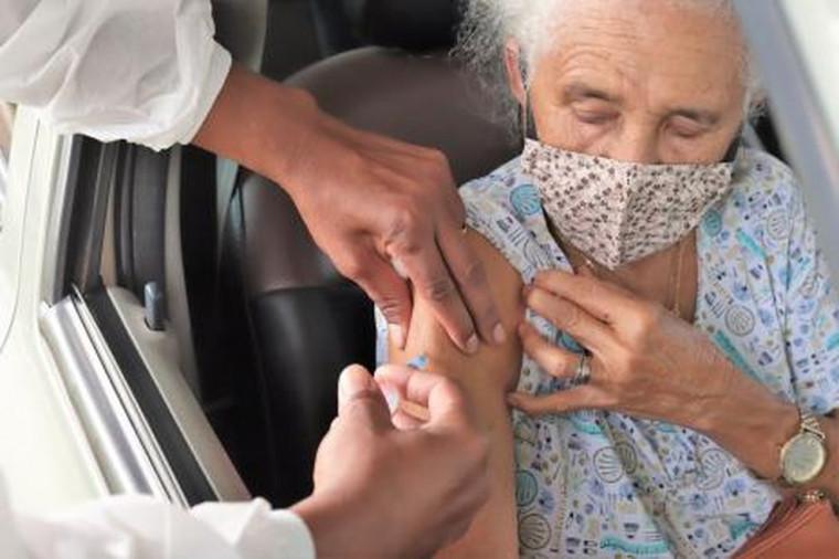Muitas pessoas têm reações após a vacina contra covid-19